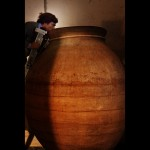 33. Telmo Rodríguez procede al control olfativo de la fermentación en tinaja. Bodega Viñas Viejas de Cebreros, Cebreros (Ávila).